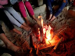 Kinderfüße beim Feuer